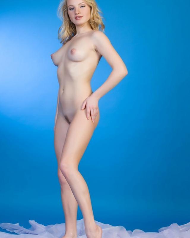 В эротических позах голая красотка позирует на кастинге