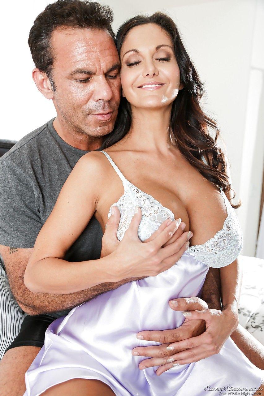 Мамочка Ава Аддамс радует глаз мужика великолепной грудью