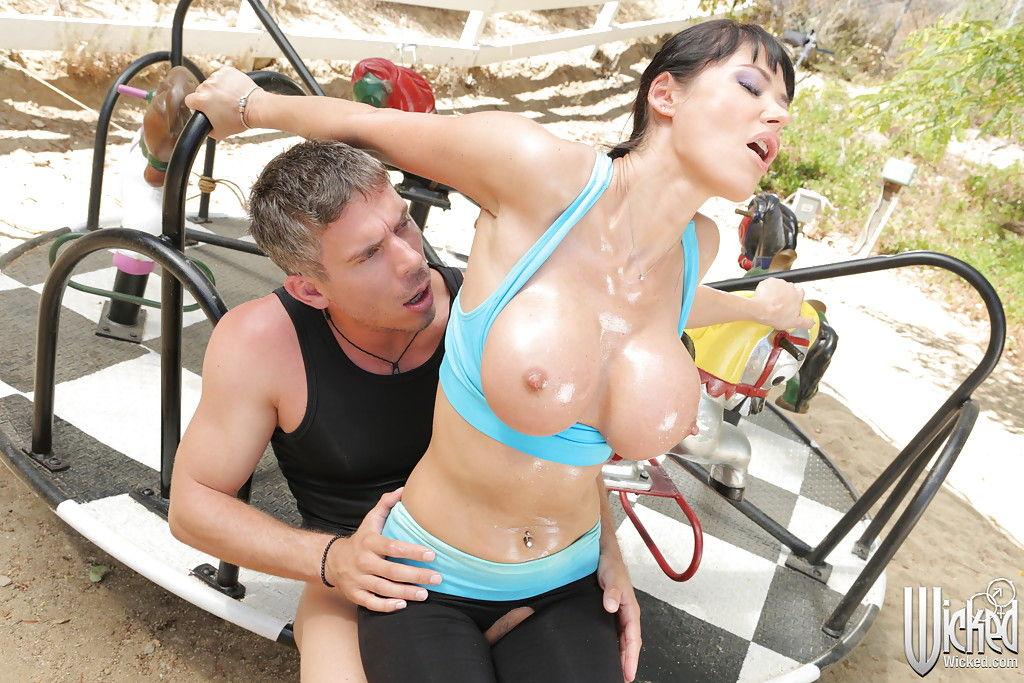 Инструктор порвал штаны на дамочке и отымел ее через дыру
