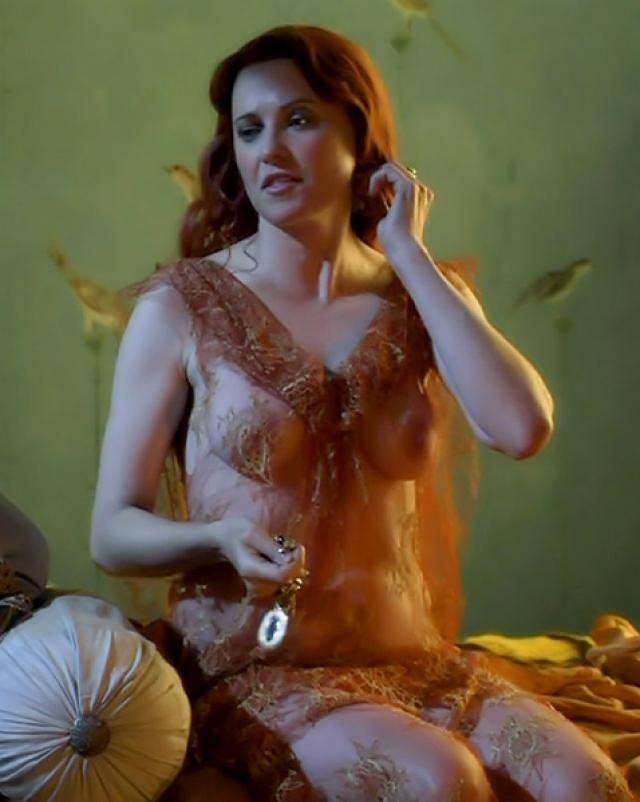 Сексуальные кадры с Люси Лоулесс и ее красивой грудью