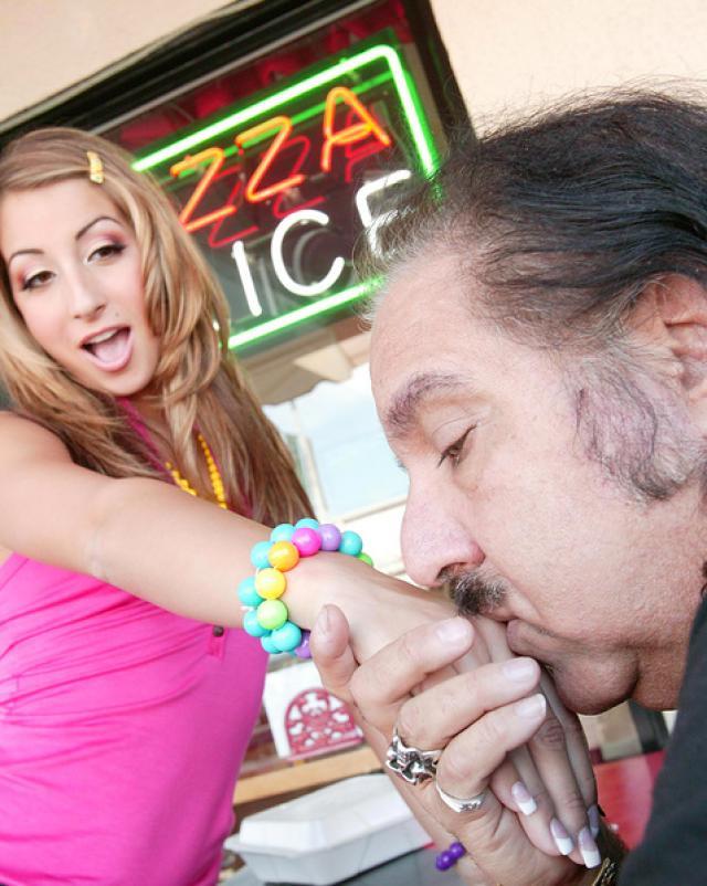 Молоденькая красотка занялась оральным сексом с продюсером