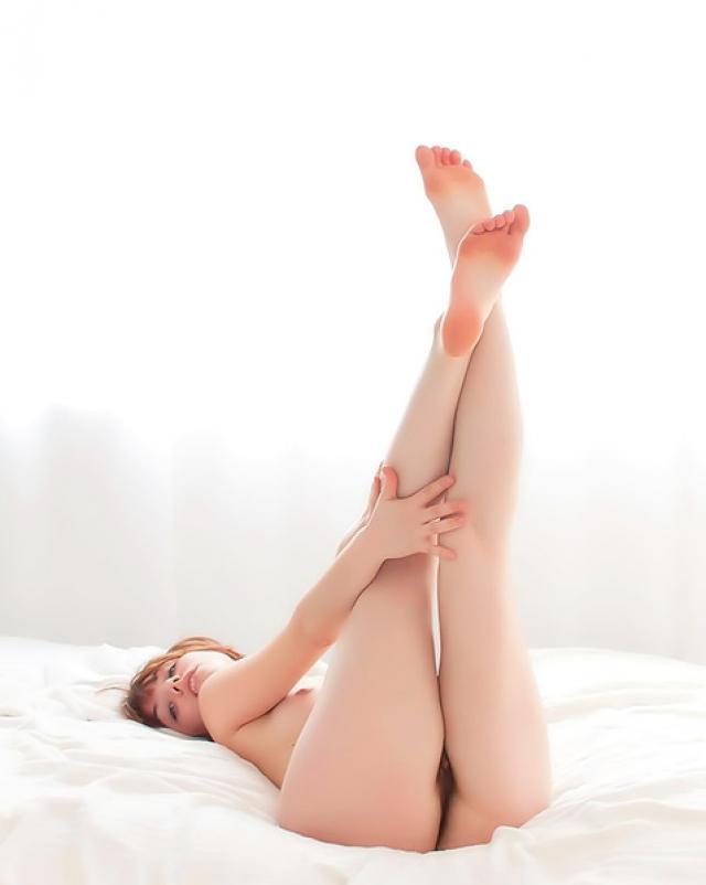 Голая молодая сучка показала свою мохнатую письку на кровати