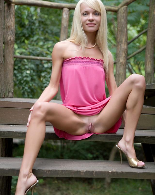 Сексуальная блондинка соблазнила своим телом