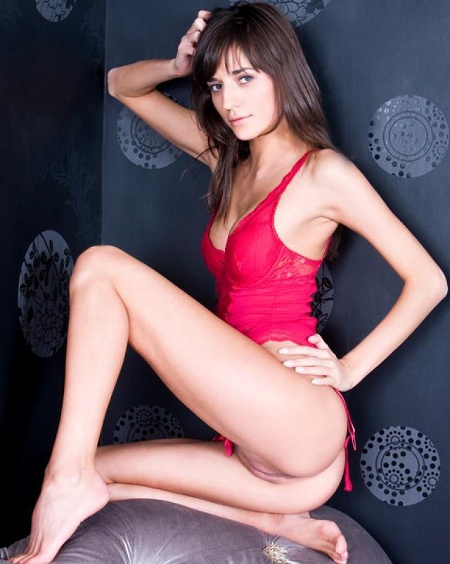 Супер девушка в красном белье с возбужденной киской