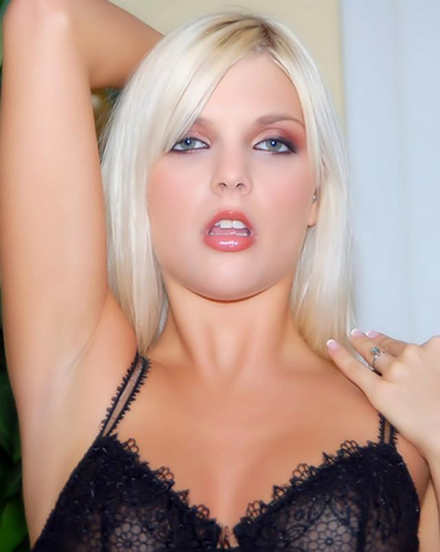 Дерзкая блондинка ласкает пальцами свою киску