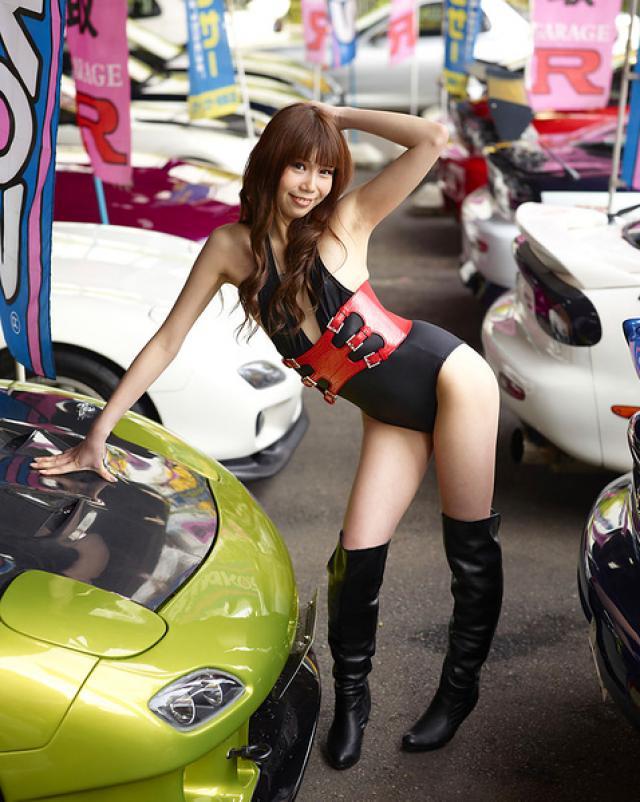 Азиаточка возбуждается в автосалоне