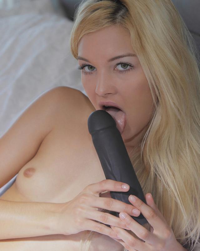 Блондинка с маленькими сиськами трахала себя в эротичном бикини