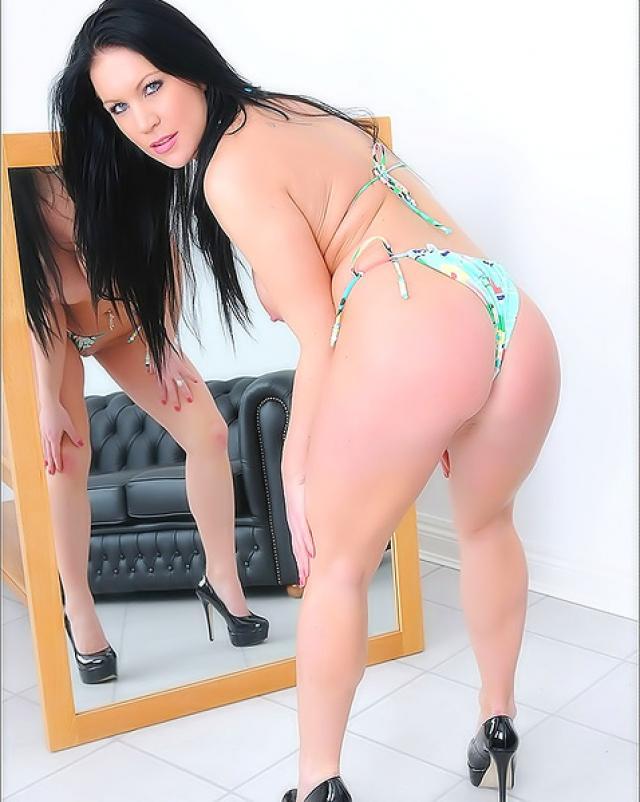 Молодая мамка в бикини изящно показывала себя у зеркала