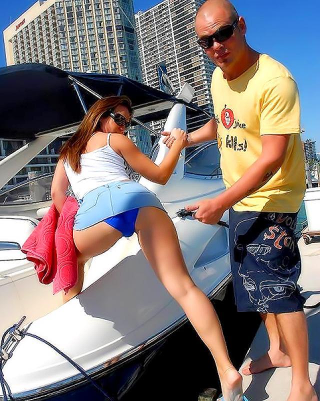 Гламурная девушка в бикини трахалась сверху на лодке