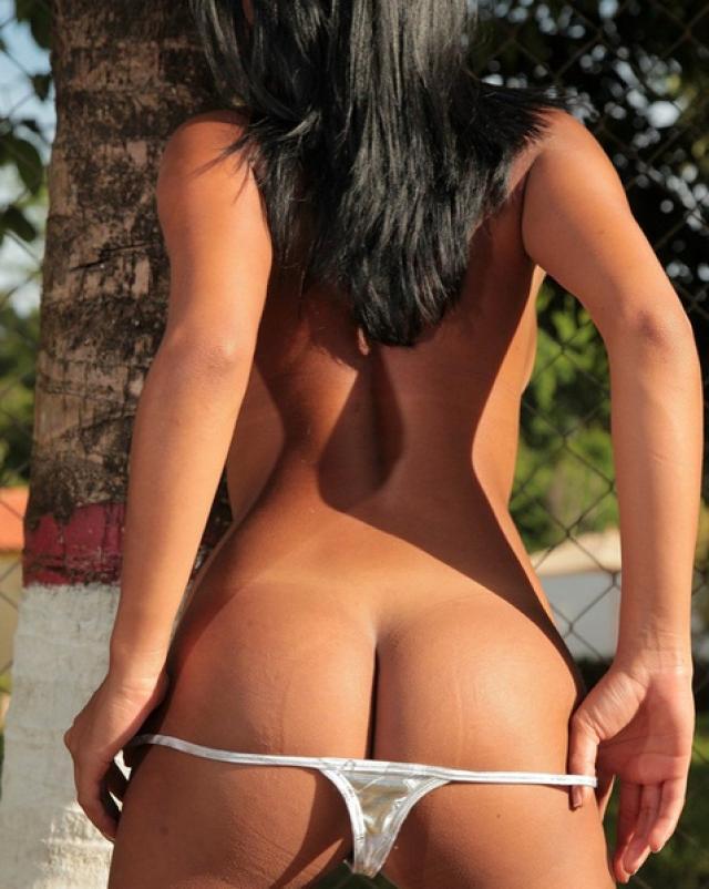 Сексуальная латинка снимает бикини