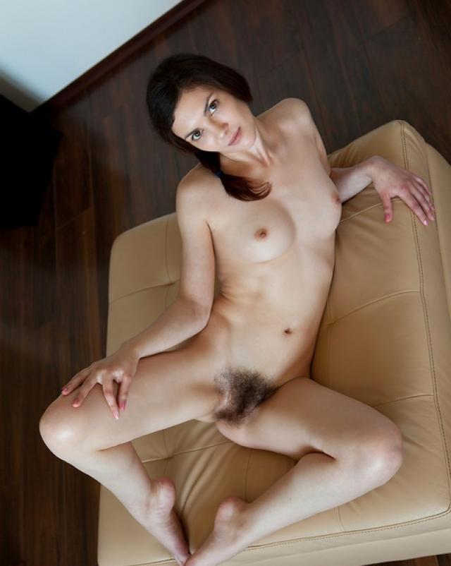 Фото возбужденной волосатой писки девушки, которая хочет секса
