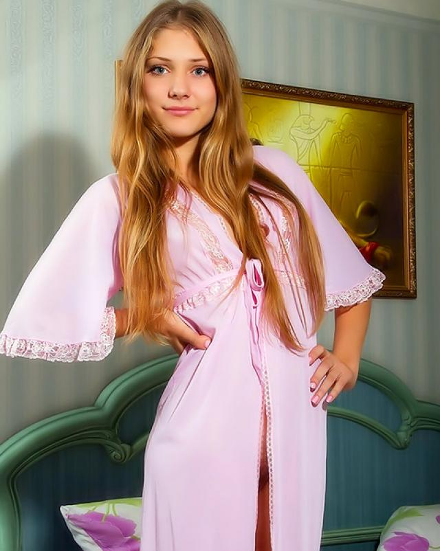 Студентка в розовом халатике демонстрирует свою волосатую киску