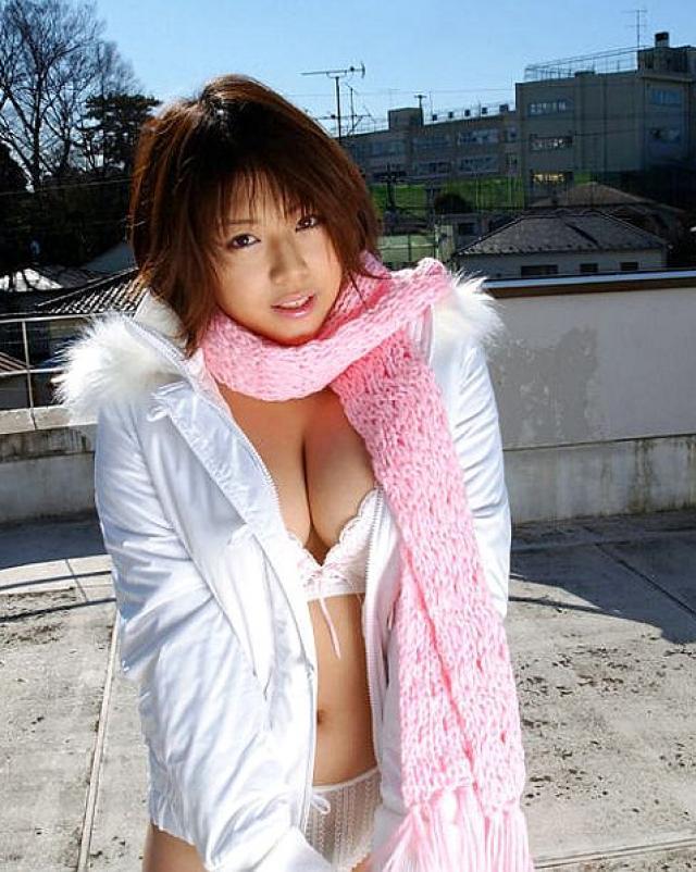 Молоденькая японка приоткрывает мохнатую киску на крыше дома