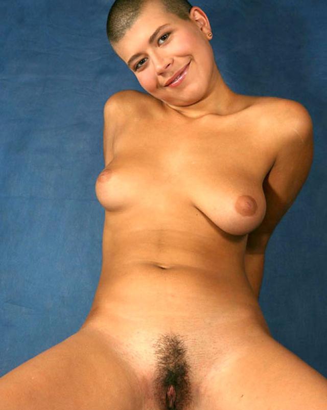 Бритоголовая девушка сверкает мохнатой до предела вагиной