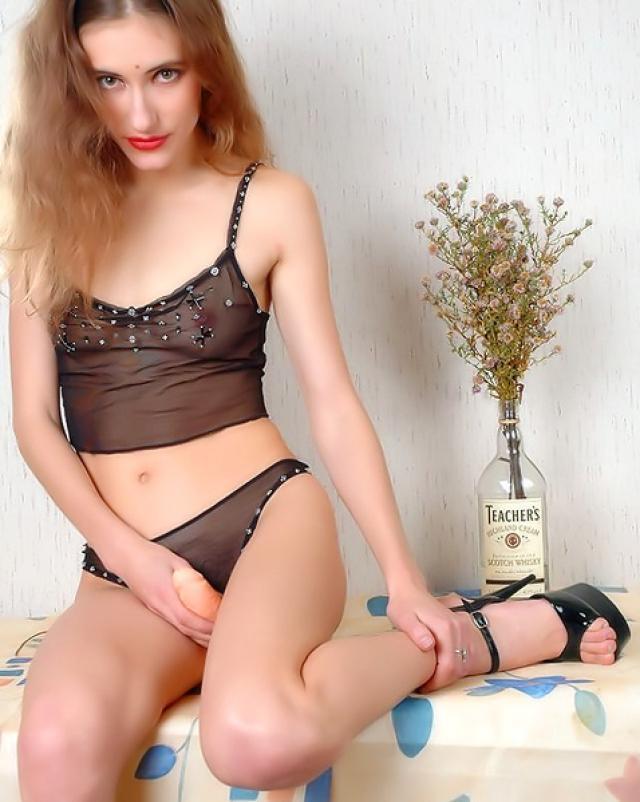 Брюнетка и ее молодая волосатая писька на пикантных фото