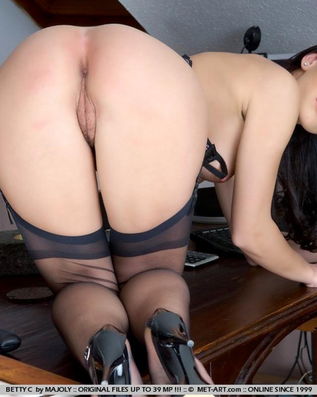 Смазливая секретарша не любит брить лобок и под мышками