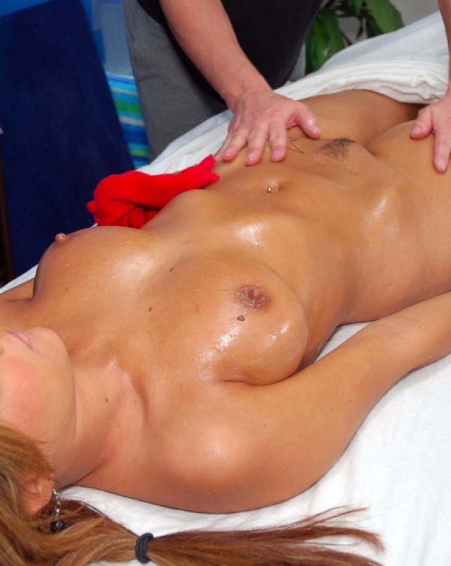 Красивая  девушка приходит к массажисту на сеанс и занимается сексом