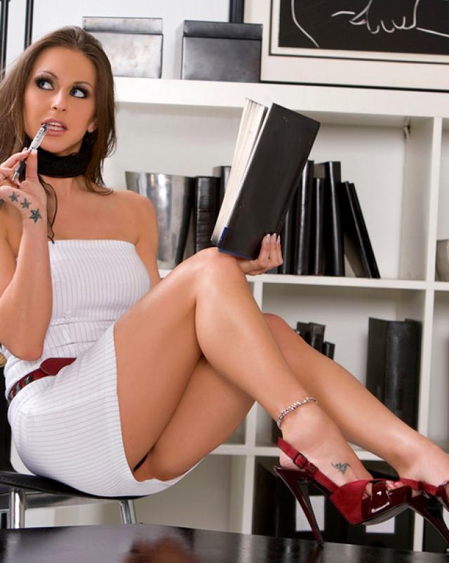 Раскрепощенная милашка на работе снимает порно ролик