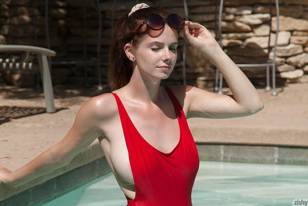 Худенькая красотка с большим титьками сняла купальник в бассейне