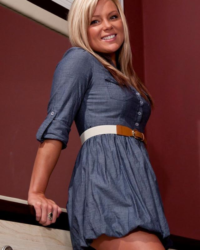 Симпатичная телочка в синем платье демонстрирует свое тело