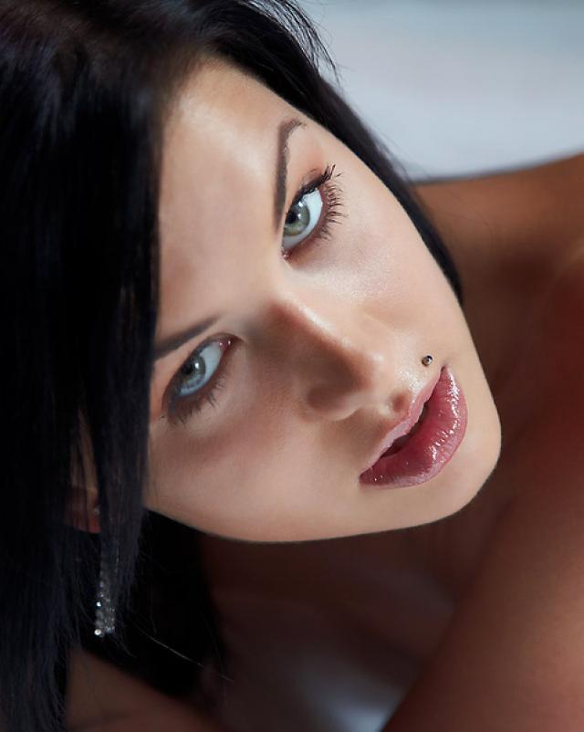 Грациозная дева показала пизду крупным планом на кровати