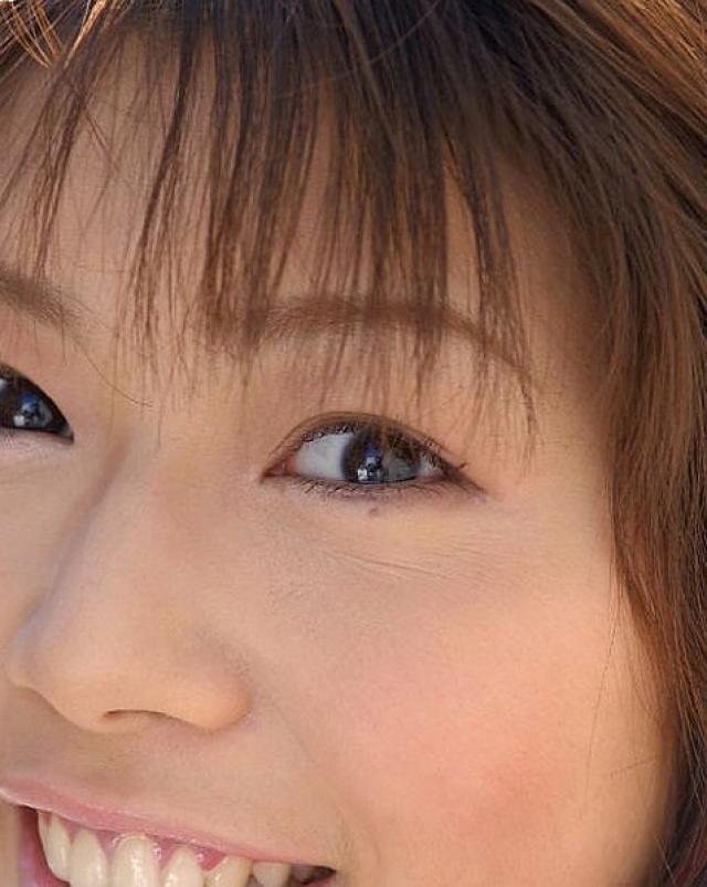 Японская красотка гуляет в милых трусиках на холоде