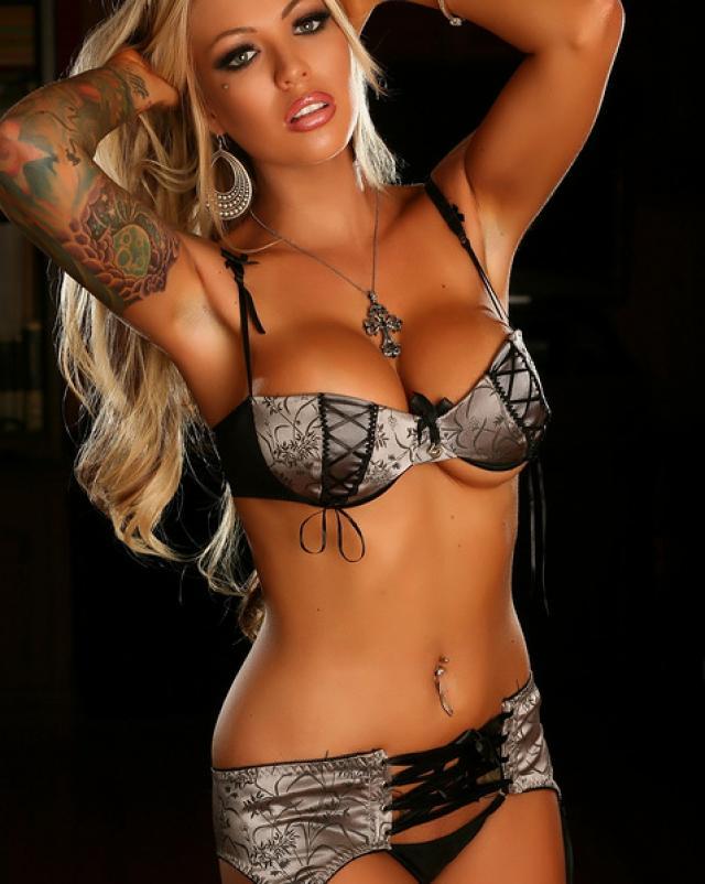 Татуированная красотка надела сексуальный корсет
