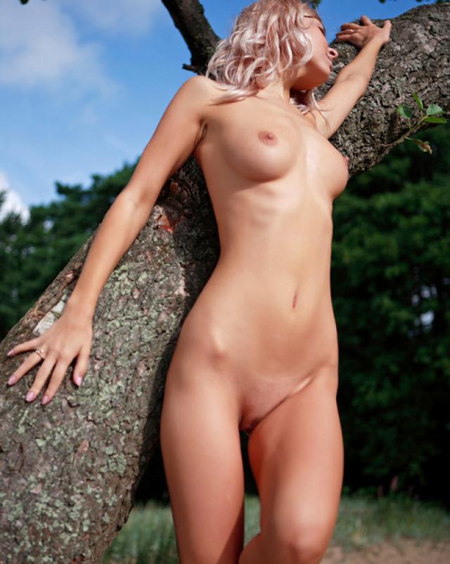 Худая блондинка гуляет голенькой на природе