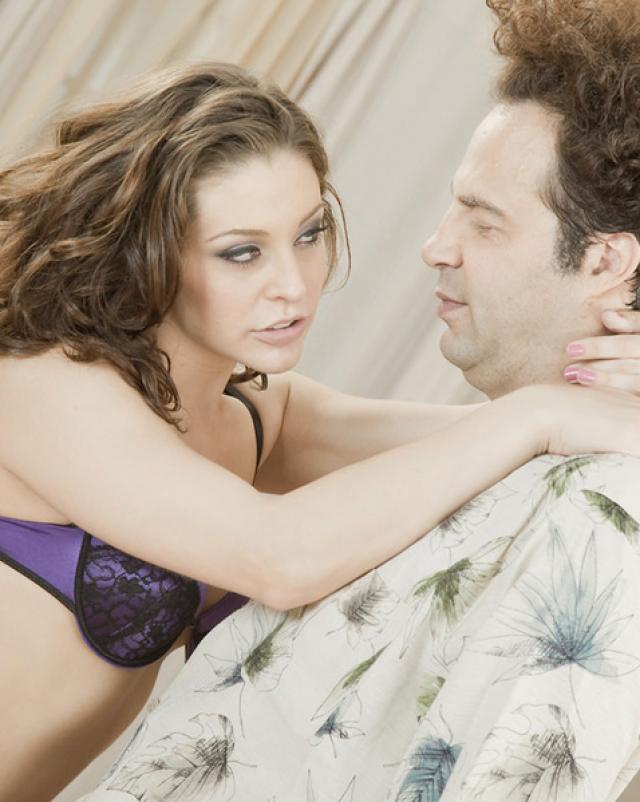 Богатый ловелас снабжает гламурных сучек жестким сексом