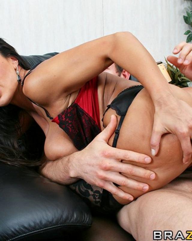 Секретарша в сексуальном белье жестко трахается с боссом