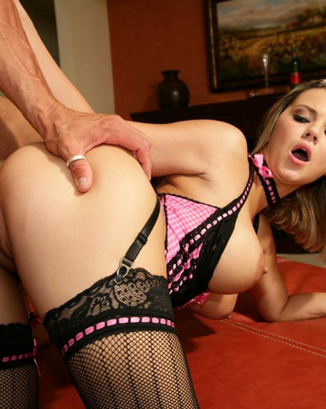 Шлюха в секси белье жестко ебется с клиентом