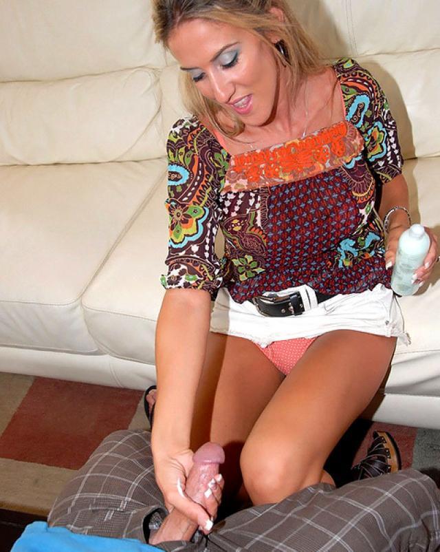 Сочная мамочка жестко трахается с массажистом