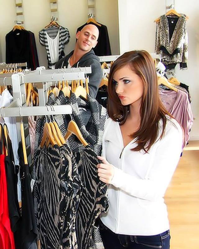 Красивая работница бутика жестко трахается с клиентом