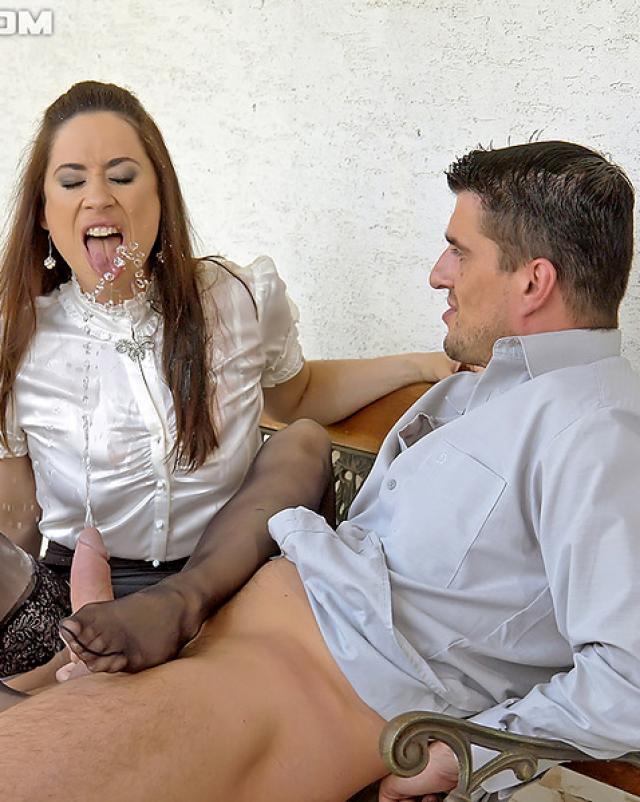 Залил сучку спермой во время ебли на скамье