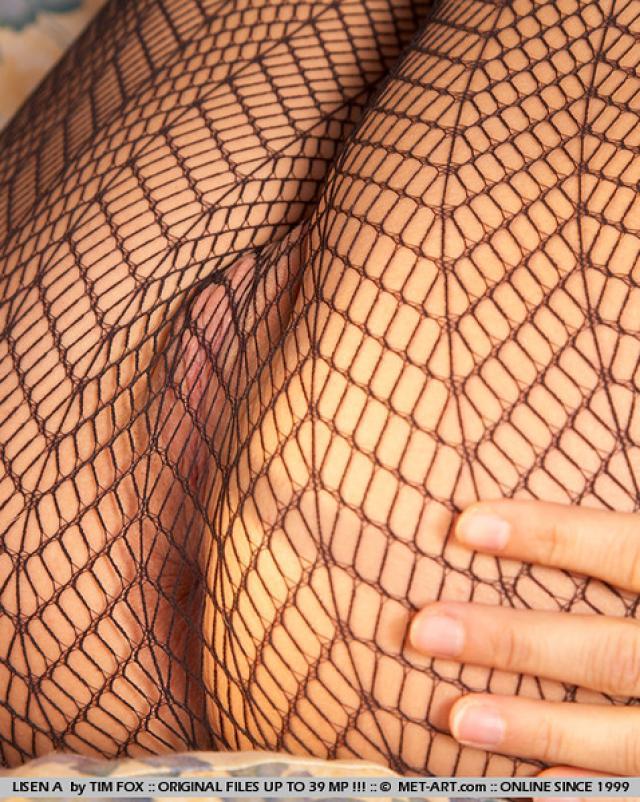 Блондинка в соблазнительных колготках завлекает своим телом