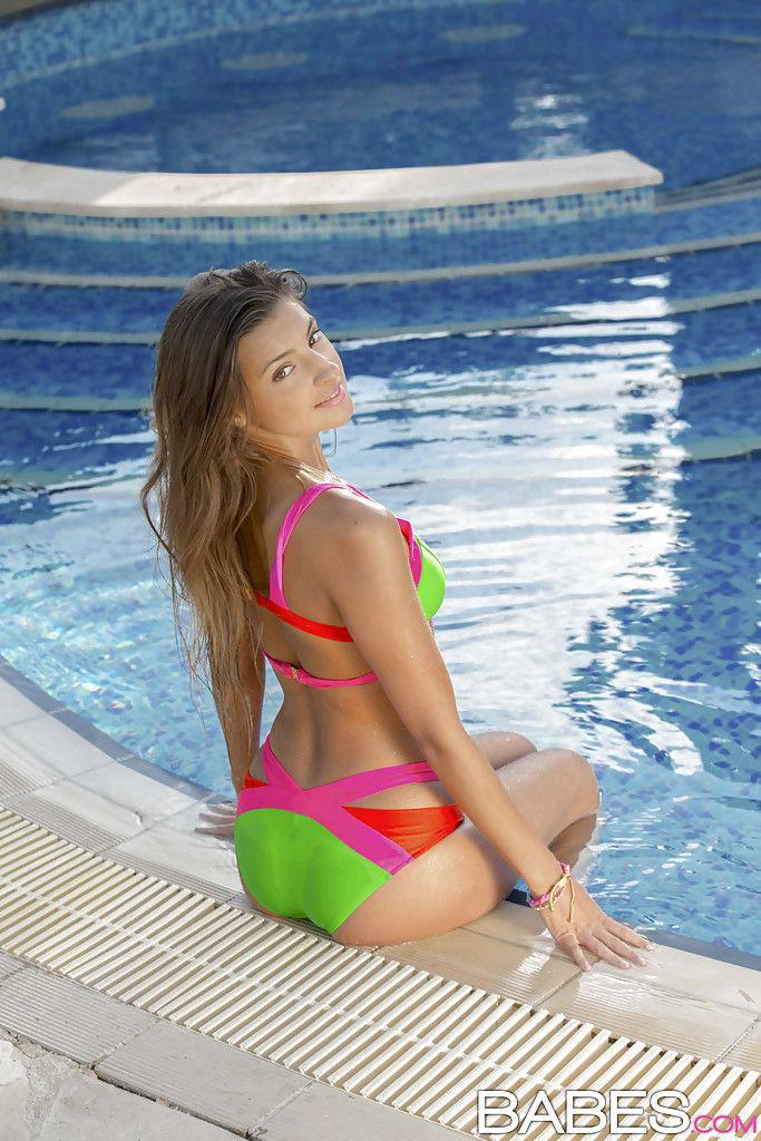 Красивая девушка рассталась с купальником для полного погружения