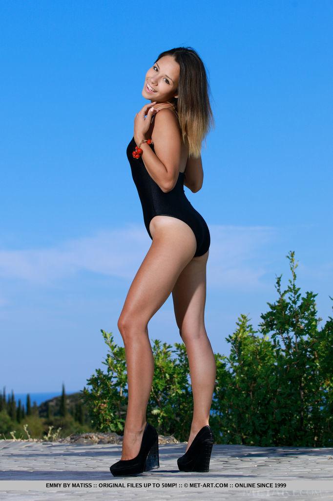Симпатичная девушка сняла свой стильный бикини на пляже