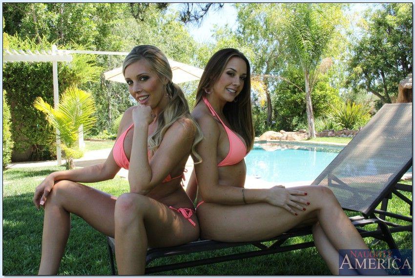 Две красивые девушки снимают свои купальники на природе