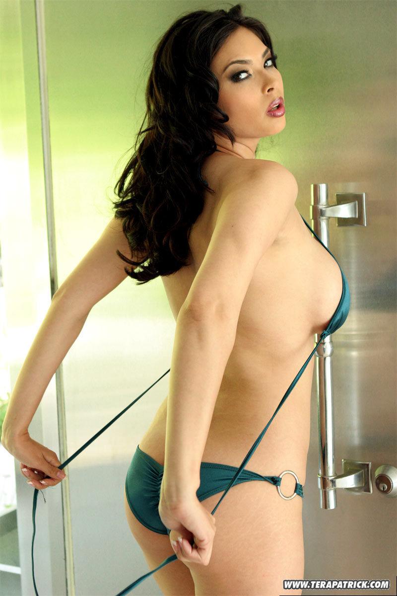Пышная порнозвезда жарко позирует на фото в развратном бикини