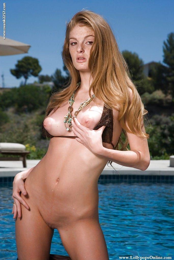18-летняя красотка в бикини мастурбирует письку в бассейне