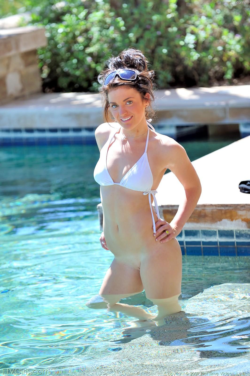 Игривая телка в бикини эротично располагается в бассейне