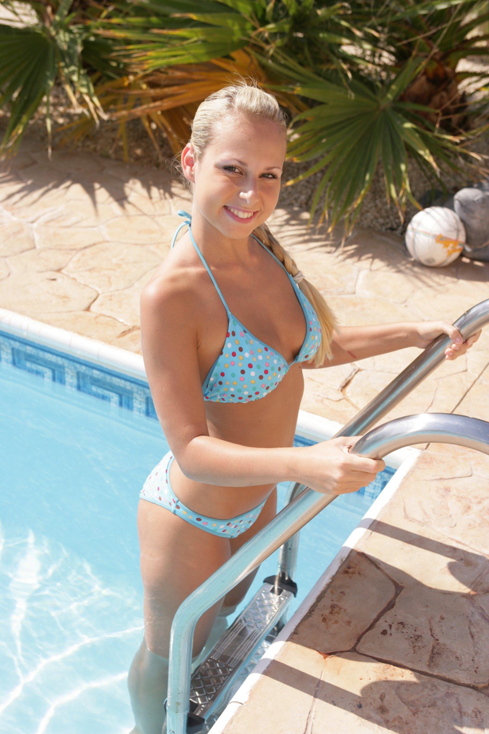 Студентка в бикини эротично сопровождает время в бассейне