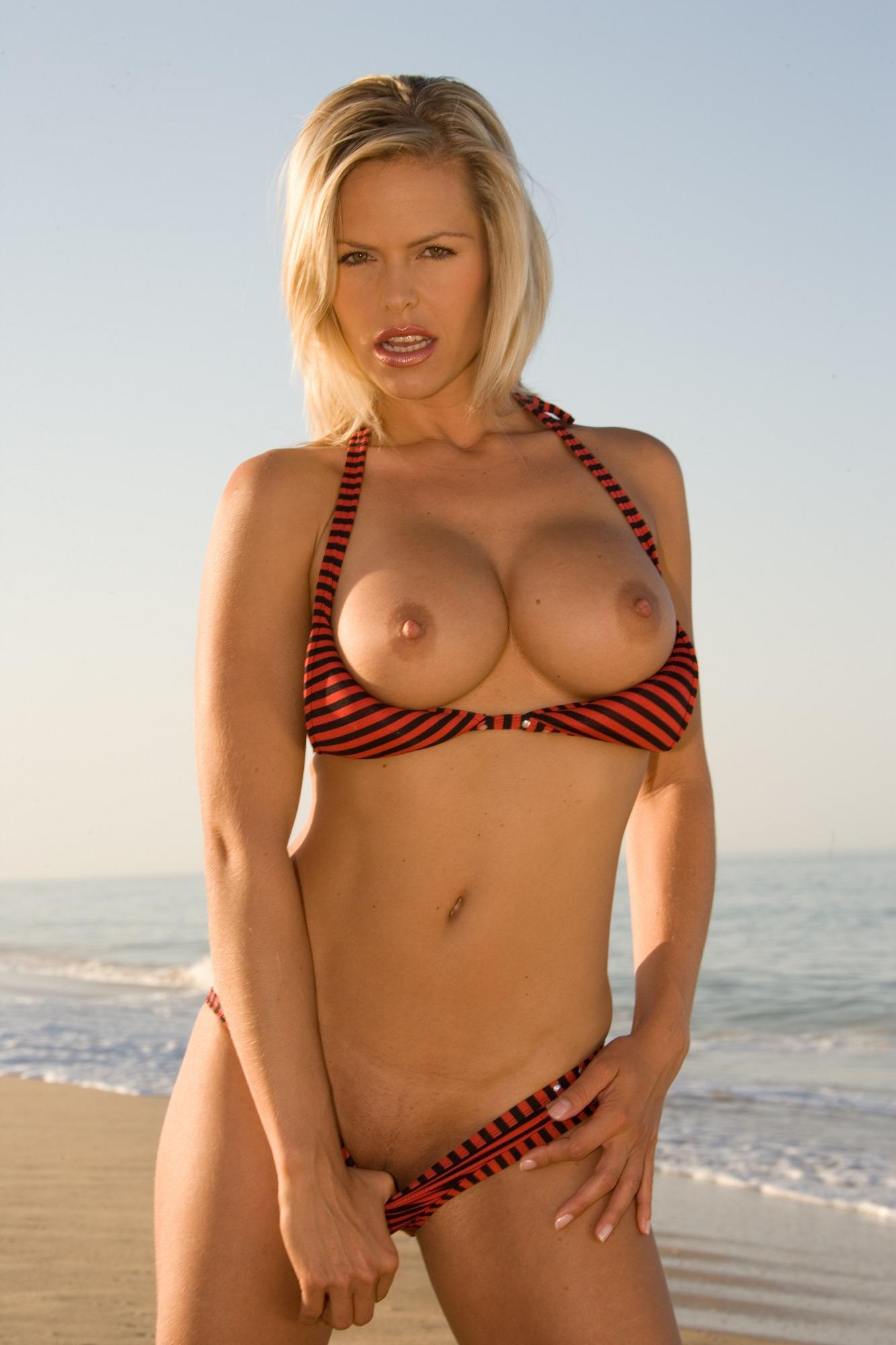 Молодая модель осматривает пляж в горячем бикини
