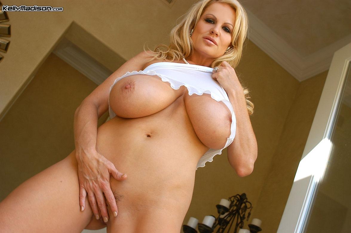 Мамочка в бикини хвастается большими дойками