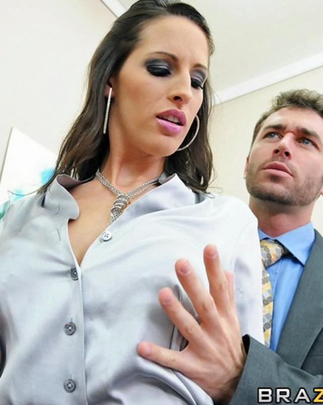 Офисная шлюха встречает босса горячим сексом в пикантном нижнем белье