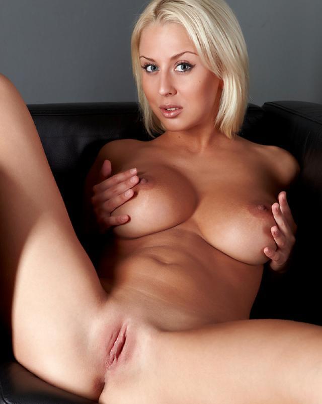 Блондинка в красивом белье эротично раздевается