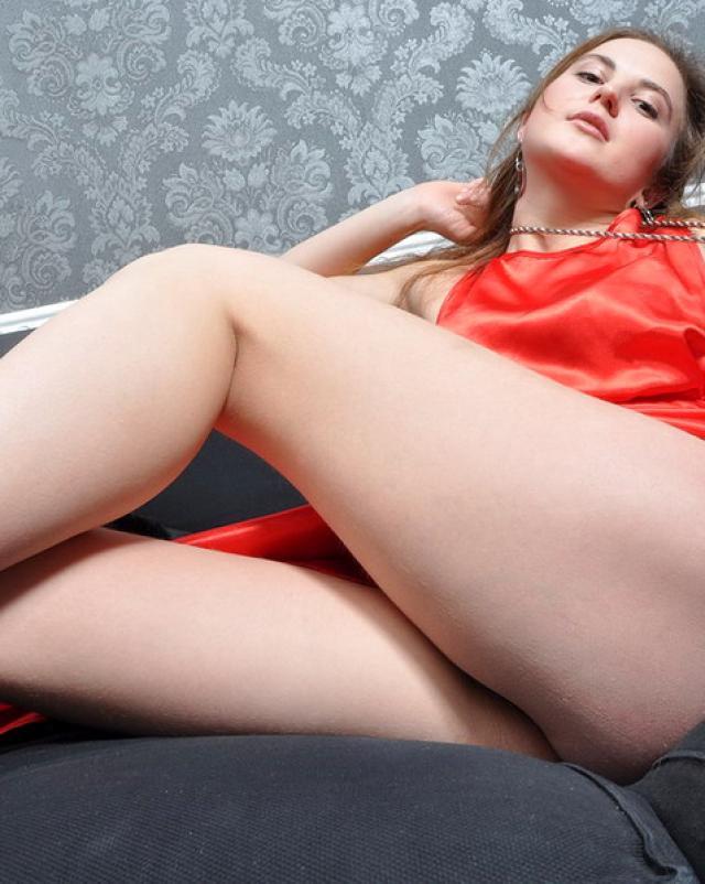 Похотливая бэйба медленно и эротично расстается с нижним бельем