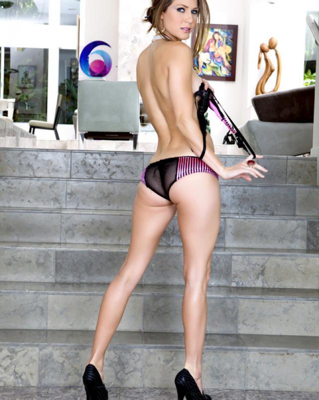 Опытная сучка фотографируется в секси белье