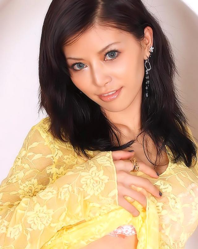 Азиатка фотографируется в роскошном нижнем белье