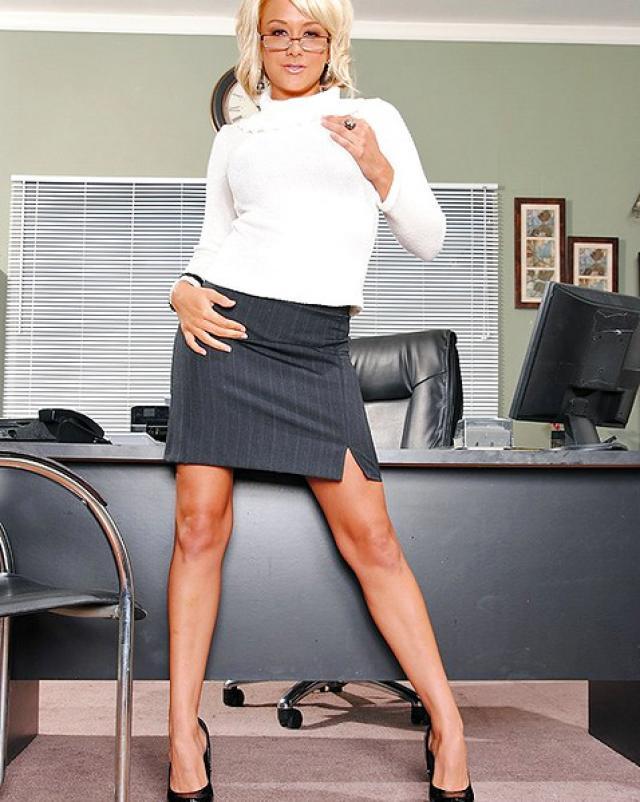 Секретарша в нижнем белье разводит босса на трах